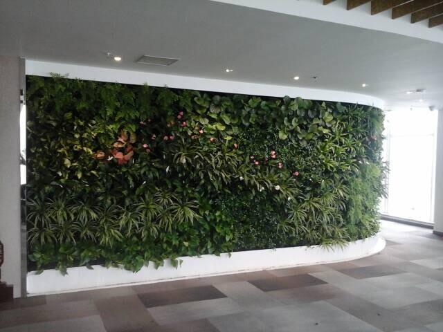第一部分,仿真植物墙配件,有把束叶子,把束草,pu花等,材料大致就是